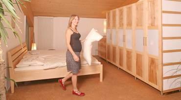 Spontane Fotoaktion im Ausstellungsschlafzimmer mit Simone Wild