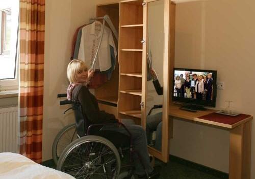 Rollstuhltaugliche Massivholzmöbel für Barrierefreies Hotelzimmer