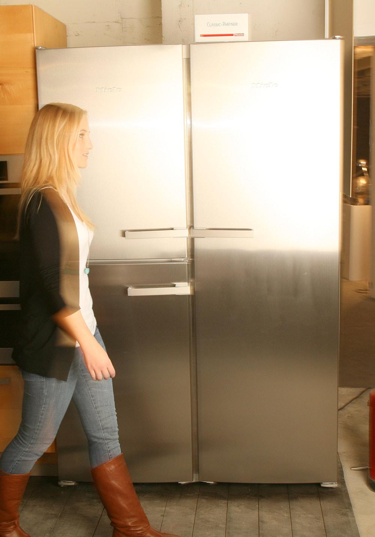 Miele Side-by-Side Kühlschrank und ein Wein-Temperierschrank im ...