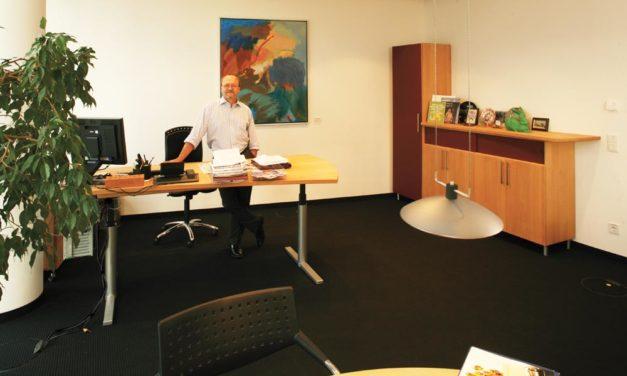 Individuelle Büroeinrichtung mit höhenverstellbaren Schreibtisch für Catlux
