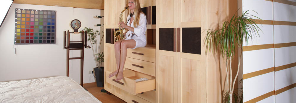 Das gesunde Schlafzimmer vom Fußboden über die Massivholzmöbel bis zur Beleuchtung