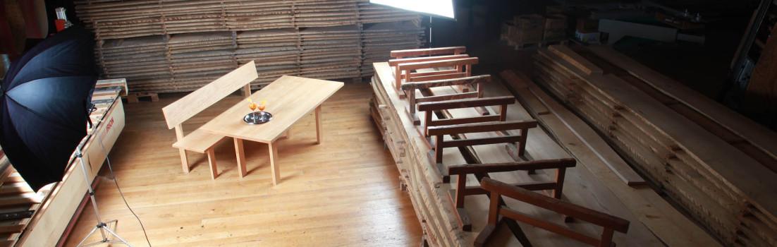 Massivholztisch und Bank: Jubiläumsmöbel für junge und junggebliebene Menschen
