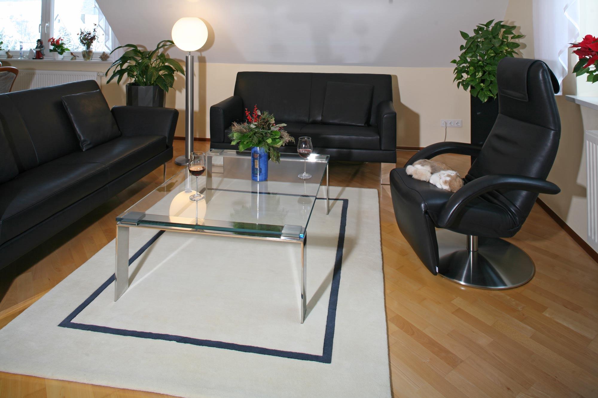 Sofas, Teppich, Couchtisch auch mal ohne Holz  weil wir