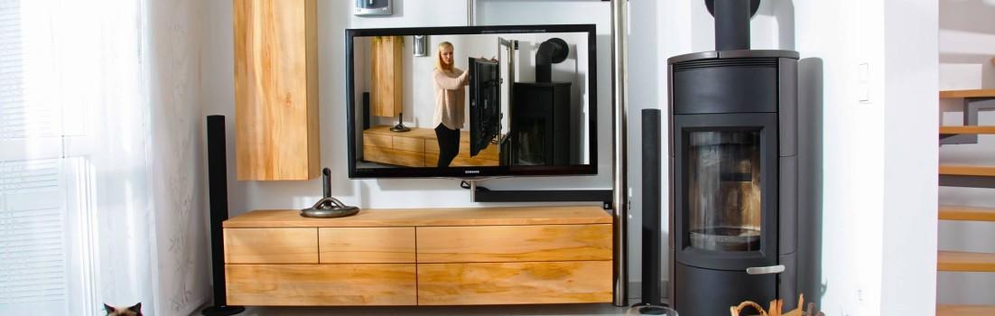 Wohnzimmer in nass gelagerter Buche mit TV-Schwenkarm und Jasmin