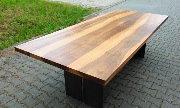 Freude über den neuen Nussbaumtisch mit Stahlgestell