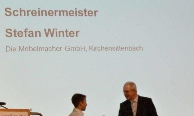 Stefan Winter wurde für seine Leistungen als Ausbilder vom Regierungspräsidenten ausgezeichnet