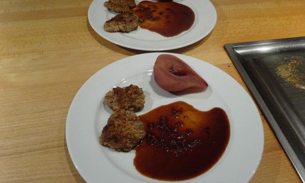 Schnitzeljagd als Reh-Inkarnation – Schnitzel vom Rehrücken in Haselnusskruste, Preiselbeersauce und Rotweinbirne