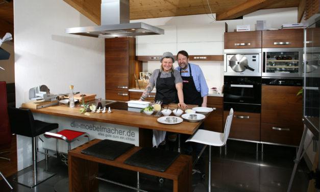 """Die Koch-Einrichtung Nr. 2: """"Rote Beete mit Meerrettichschmand, Koriander und grünem Apfel"""" in den Massivholzküchen der Möbelmacher mit Diana Burkel und herwig Danzer"""