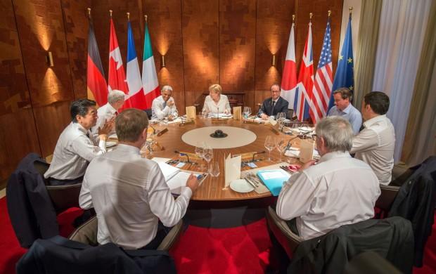 EU-Ratspräsident Donald Tusk, Japans Ministerpräsident Shinzo Abe, Kanadas Premierminister Stephen Harper, US-Präsident Barack Obama, Bundeskanzlerin Angela Merkel, Frankreichs Präsident François Hollande, Großbritanniens Premierminister David Cameron, Italiens Ministerpräsident Matteo Renzi und EU-Kommissionspräsident Jean-Claude Juncker (von l. im Uhrzeigersinn) sitzen am 07.06.2015 in Elmau (Bayern). Im Schloss Elmau kommen vom 07.06.2015 bis zum 08.06.2015 die Regierungschefs der G7 Länder zu ihrem Gipfeltreffen zusammen. Foto: Michael Kappeler/dpa