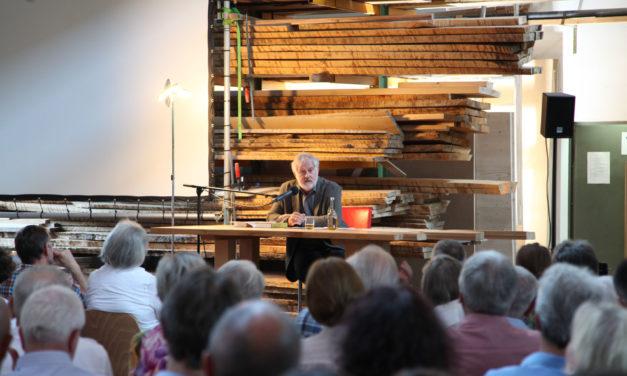Begeisterte Zuhörer: Christian Nürnberger liest aus seinem Buch 'Die verkaufte Demokratie' bei den 17. Unterkrumbacher Werkstatt-Tagen