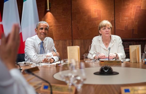 US-Präsident Barack Obama sitzt neben Bundeskanzlerin Angela Merkel am 07.06.2015 in Elmau (Bayern). Im Schloss Elmau kommen vom 07.06.2015 bis zum 08.06.2015 die Regierungschefs der G7 Länder zu ihrem Gipfeltreffen zusammen. Foto: Michael Kappeler/dpa