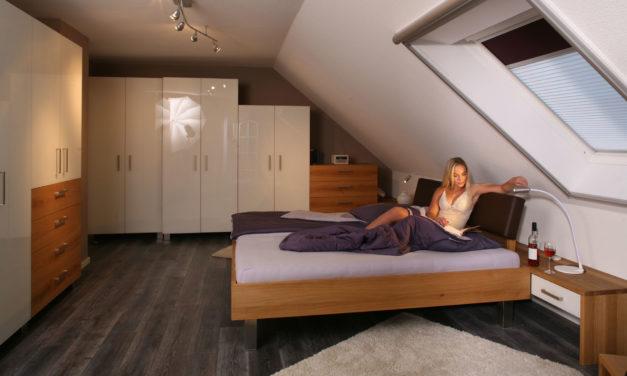 Massivholzschlafzimmer in Eiche mit weißem Glas und Miss Erlangen im Video