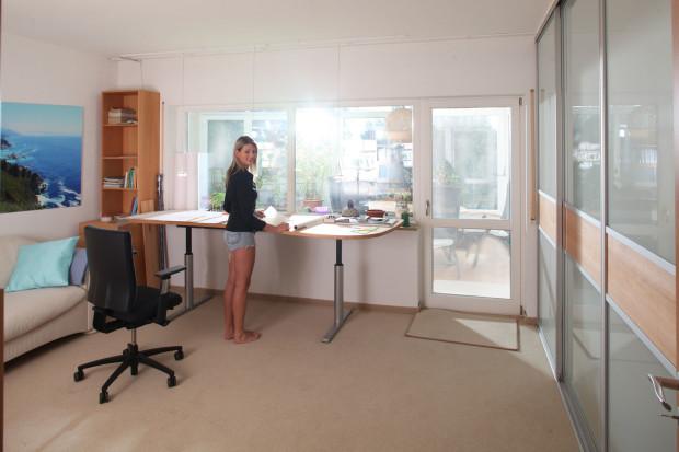 hobby arbeits frauenzimmer beispiel mit h henverstellbarem schreibtisch mit video vom. Black Bedroom Furniture Sets. Home Design Ideas