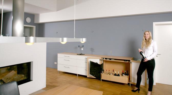 Sideboard mit TV-Versteckmöglichkeit im Video