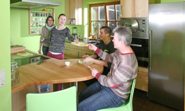 Fototermin in der Massivholzküche von Familie Hetzel in Buche mit Grün