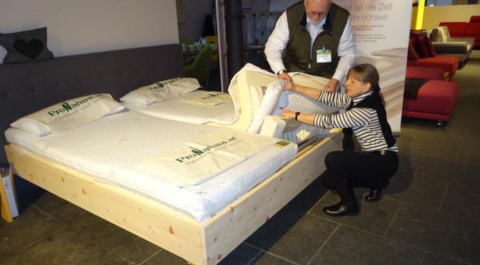 Hostessen in bequemen Schuhen, gute Betten und Polstermöbel – Möbelmesse Köln IMM Teil 2