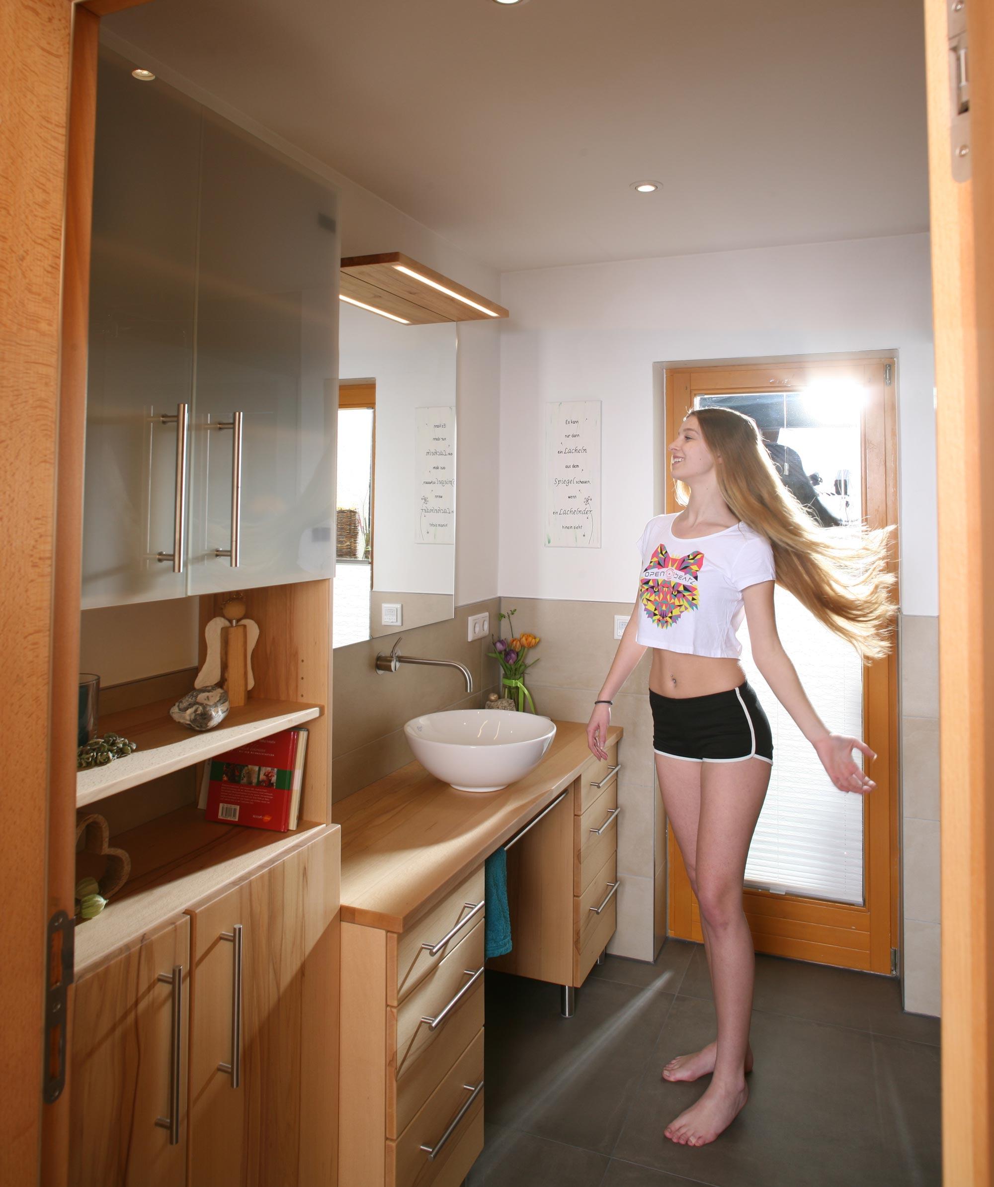 Kleines schönes Massivholz-Badezimmer mit \