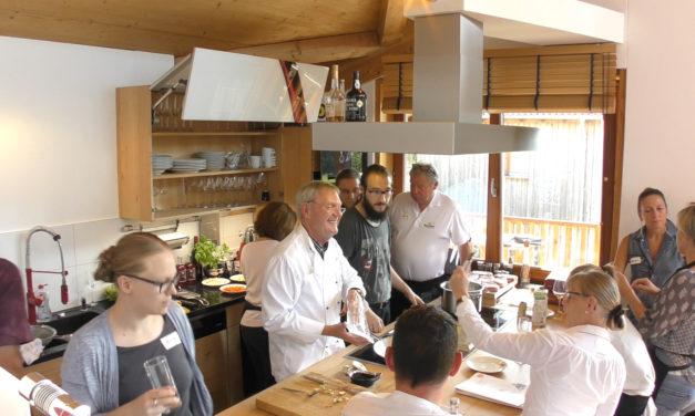 Tag der Küche aus Massivholz mit Bresse-Hahn und anderen stolzen Gockeln vom Geflügelhof Schubert