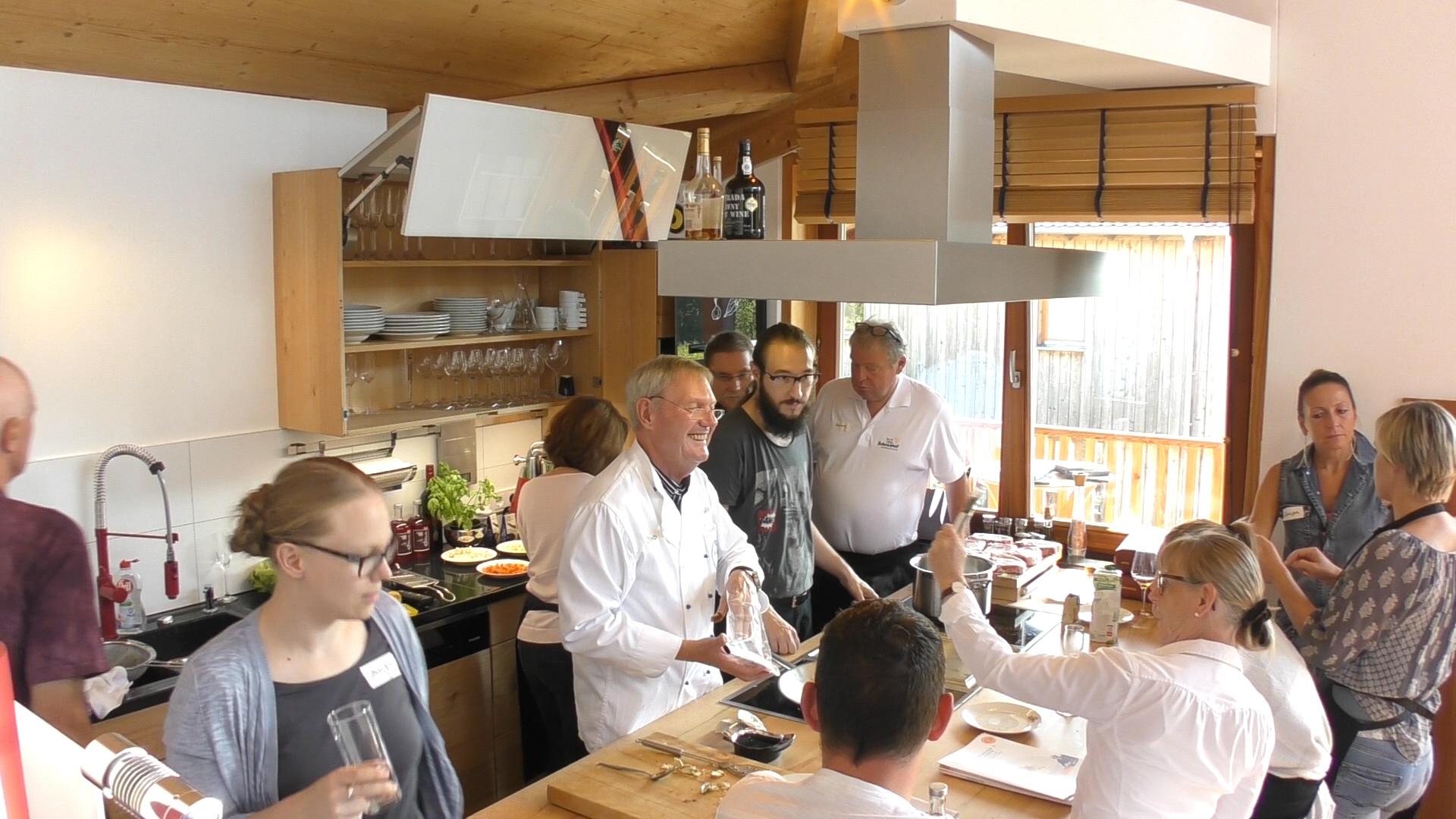 Tag der Küche aus Massivholz mit Bresse-Hahn und anderen stolzen ...