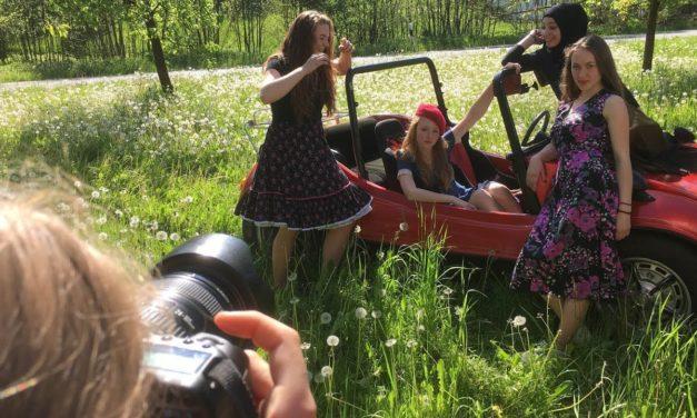 """Fotoaktion mit Schülerinnen und Oldtimer als Vorbereitung für die """"Filmgala Dolores"""" am 24. Juni"""