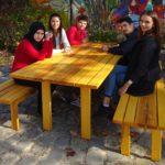 Gartentisch und Bänke als Kooperationsprojekt in der Fürther Kiderlein-Schule