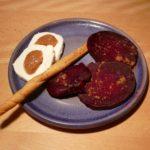 Einfach Kochen Nr. 10: Mispel-Chutney auf Ziegenkäse mit Roter Beete aus dem Druckdampfgarer