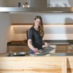 Massivholzküche aus fränkischer Buche mit Rotkern in Ulm fotografiert
