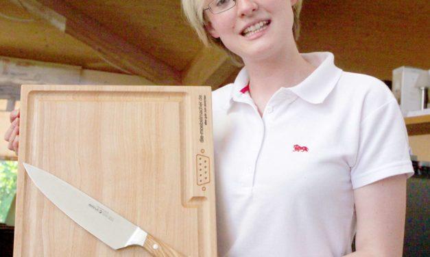 Damaszener Kochmesser mit dem Holzgriff aus unserer Werkstatt für Weihnachten – Messergeschichte der Möbelmacher