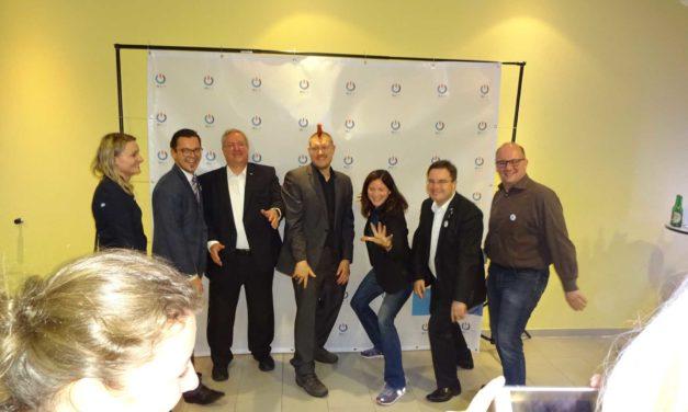 Irokesenschnitt trifft Holzfliege – Sascha Lobo beim Geburtstag der Wirtschaftsjunioren in Ursensollen über die digitale Vernetzung