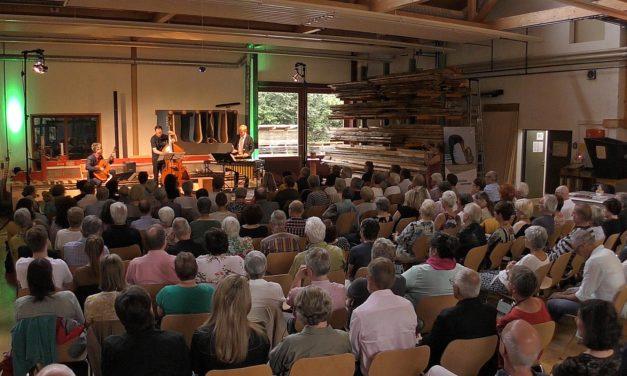 Zwischen Schwerkraft und Schwerelosigkeit – der fränkische sommer war mit dem Stefan Grasse Trio zu Gast in Unterkrumbach