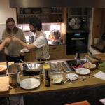 Möbelmacher entdecken grandiose Saibling-Fischstäbchen und üben Seviche