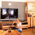 Neues Wohnzimmer in der Ausstellung mit TV, Hifi und Plattenspieler und Nina Brunner als Wiederholungsmodel nach 19 Jahren