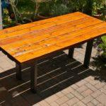 Gartentisch aus alten Balken, zu denen es sogar die Geschichte zurück bis ins Jahr 1890 gibt