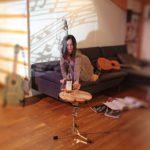 Couchtisch für Musikerinnen mit Sonja, Cognac Trusart und dem Sofa Shiva von Jori